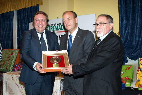 El alcalde de Getafe, Juan Soler, el presidente de la Junta de Extremadura, José Antonio Monago y el presidente de la Casa regional de Extremadura en Getafe, Pedro Aparicio.