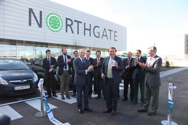 Momento en que el alcalde inauguraba las instalaciones de Northgate en Getafe