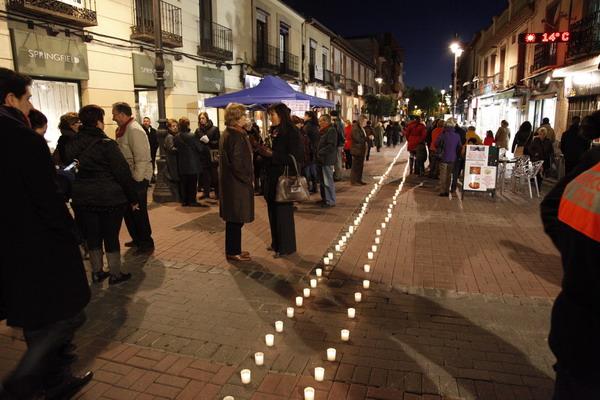 Camino de velas por la calle Madrid