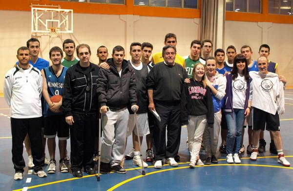 Pepu Hernández con miembros del Club de Baloncesto Perales.