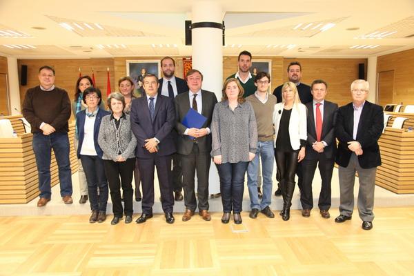 El alcalde Juan Soler junto a los miembros de la Mesa por el Empleo tras la constitución de la misma.