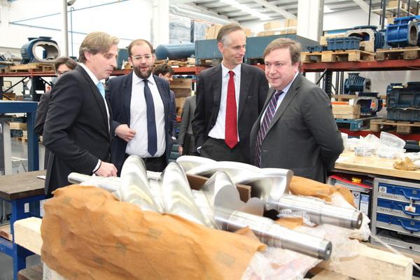 Juan Soler y Fernando Lázaro, en la visita a la empresa, junto al director de la Cámara de Comercio alemana, Walther von Plettenberg y miembros de la empresa.