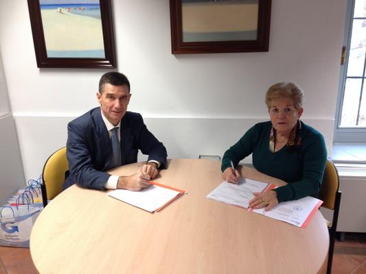La concejala de Cooperación al Desarrollo, Teresa Martín, en la firma del convenio con la Asociación Cielo 133