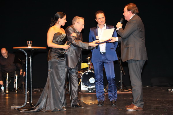 Juan Soler entregó la placa en reconocimiento a la carrera del cantante