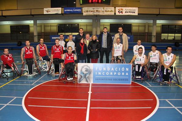 Foto de familia de los dos equipos, junto a Felipe Reyes, Iñaki de Miguel y los concejales del Gobierno municipal