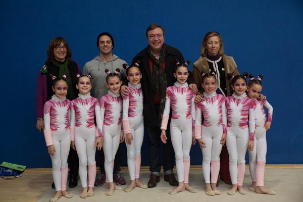 El alcalde, Juan Soler, y la concejala de Deportes, Carmen Plata, junto a las gimnastas del equipo infantil del Club de Gimnasia Villa de Getafe, el entrenador y la presidenta del club