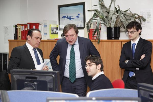 Un empleado de Inhiset muestra a Soler el trabajo desarrolla la empresa
