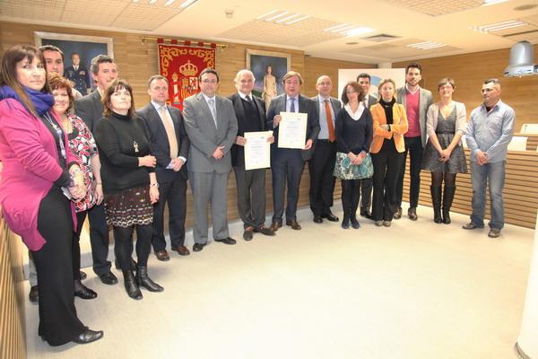 Juan Soler y Miguel Garrido de la Cierva, muestran las certificaciones, junto a concejales del Gobierno municipal y responsables de LYMA.