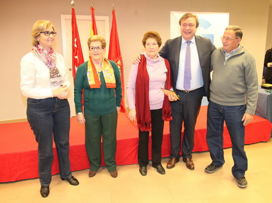 Soler junto a una de las parejas homenajedas, y las concejalas Teresa Martín y Teresa Rodríguez