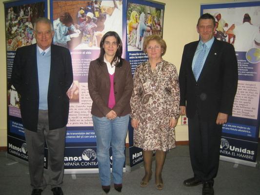 Mirene Presas y miembros de Manos Unidas, ante los paneles de la exposición.