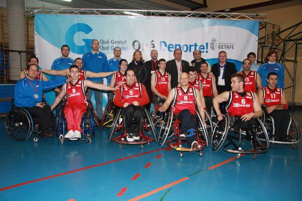 Equipo de baloncesto en silla de ruedas EMSV BSR, junto a la concejala de deportes, Carmen Plata, el concejal José Luis Casarrubios, y su presidente, Alfonso García Gambín.