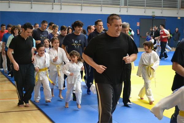 Padres e hijos practicando judo.