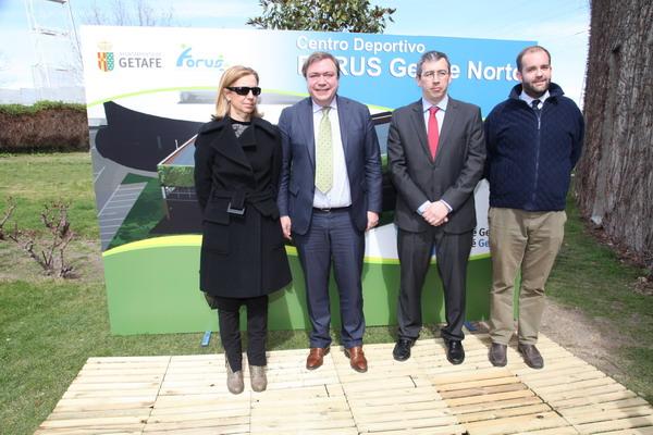 El alcalde Juan Soler, la concejala de Deportes, Carmen Plata, el concejal de Hacienda, Fernando Lázaro y el presidente del Grupo Forus Ignacio de Triana.