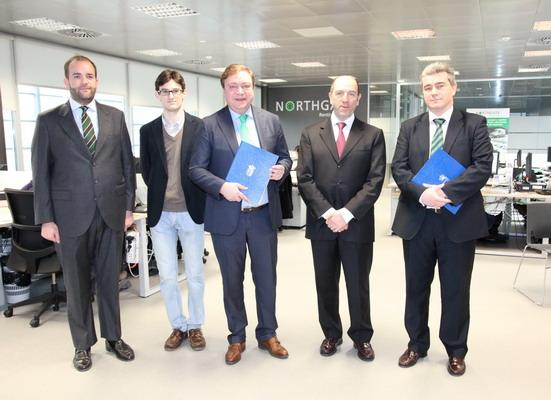 Juan Soler y los concejales Fernando Lázaro y Jorge Paumard, junto a los representantes de Northgate.
