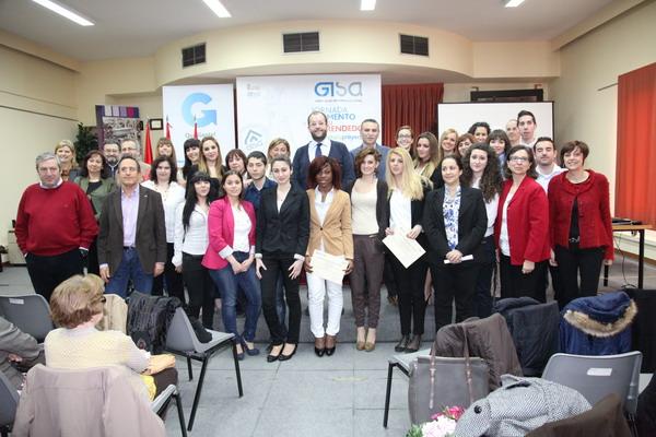 El concejal de Comercio e Industria, Fernando Lázaro, junto a los asistentes a las jornadas 'Presenta tu proyecto'.