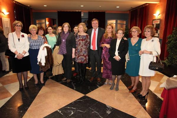 El alcalde Juan Soler junto a las mujeres premiadas.