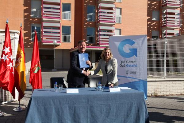 El alcalde Juan Soler y la directora gerente del IVIMA, Ana Gomendio, tras la firma del convenio