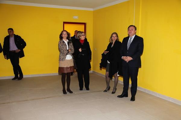 El alcalde Juan Soler junto a la directora gerente del IVIMA, Ana Gomendio, la concejala de Urbanismo, Paz Álvarez, y de Servicios Sociales, Teresa Rodríguez, en una de las viviendas de la avenida de las Ciudades