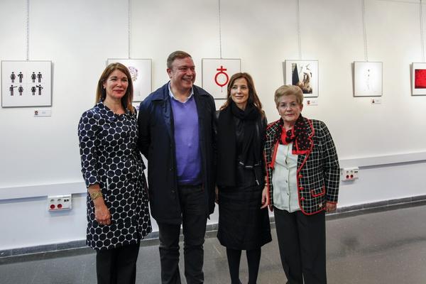El alcalde Juan Soler, la directora general de Mujer de la Comunidad de Madrid, Laura Ruiz, la concejala de Mujer, Teresa Martín y la periodista Ely del Valle, tras la inauguración de la exposición.