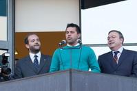 El entrenador del Getafe CF, Cosmin Contra, dio el pregón de fiestas, junto a él, el alcalde Juan Soler y el concejal Fernando Lázaro