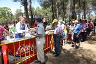 Juan Soler sirvió a los vecinos la tradicional caldereta de vaquillas en el Cerro de los Ángeles