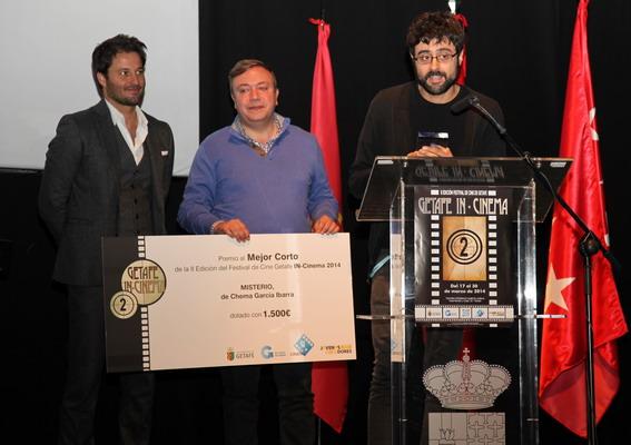 El alcalde Juan Soler, entregó el Premio al Mejor Corto 'Misterio' de Chema García, junto a ellos, el presentador de la gala, el actor Fernando Andina.