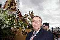 El alcalde, Juan Soler, entregó el bastón de mando a la Virgen de los Ángeles