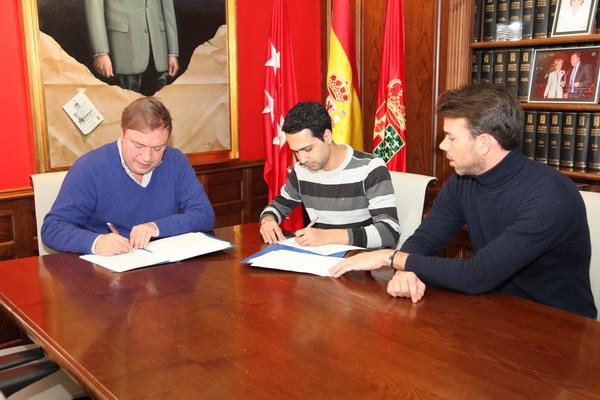 Momento de la firma del convenio entre el alcalde de Getafe, Juan Soler, y el representante de COLEGA, Samir Bargachi. Junto a ellos, el concejal Manuel Ortiz
