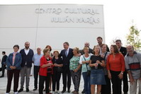 Juan Soler y miembros del Gobierno municipal, junto a los vecinos en la inauguración del Centro Cultural.