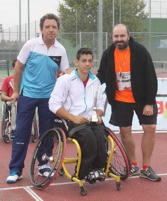 El concejal de Deportes, Pablo Martínez y el representante del club Avantage, junto al campeón, Roberto Chamizo