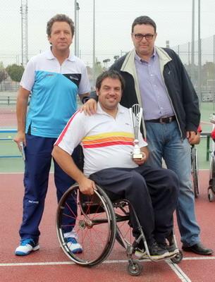 El concejal Jesús Burranchón y el representante del club Avantage, junto al subcampeón