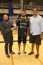 El concejal de Deportes, Pablo Martínez, entregó el trofeo a los campeones de torneo, el Iberostar Tenerife; junto a ellos, Enrique Carrero, de la Fundación Incorpora.