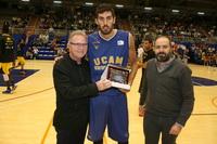 Los concejales José Luis Casarrubios y Pablo Martínez, entregan una placa al subcampeón, UCAM Murcia.