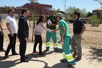 La alcaldesa Sara Hernández, junto al concejal de Gobierno, Herminio Vico, saluda a los operarios en el barrio de Buenavista