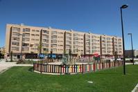 Parque delante de unas viviendas en el barrio de Los Molinos