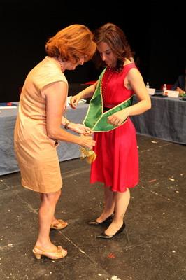 Paz Álvarez como representante de la Mesa de Edad impone la banda de alcaldesa a Sara Hernández