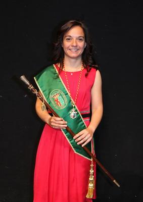 Sara Hernández con el bastón de mando de la Alcaldía