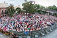 Público congregado en la plaza de la Constitución para ver el espectáculo de Carlos Vargas y Rosario Mohedano