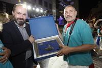 El concejal de Cultura, Pablo Martínez entrega el primer premio a los ganadores del Desfile de Carrozas