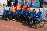 Un grupo de atletas acompañado de la alcaldesa y concejales