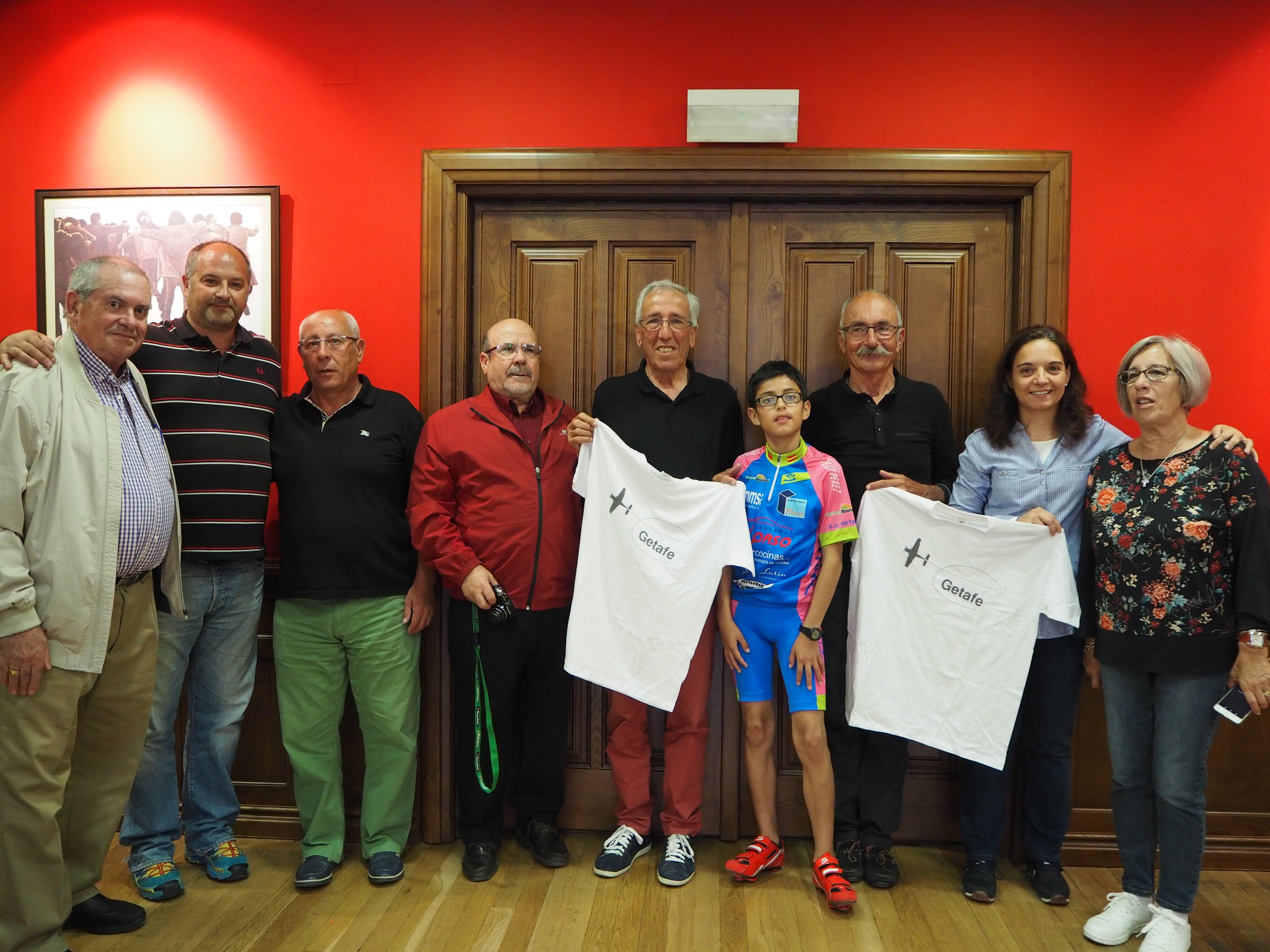 José y Michael recibidos por la alcaldesa y el concejal de Deportes acompañados de representantes del Club Ciclista Getafe