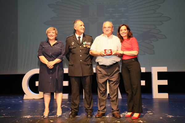 Reconocimiento a uno de los policías jubilados