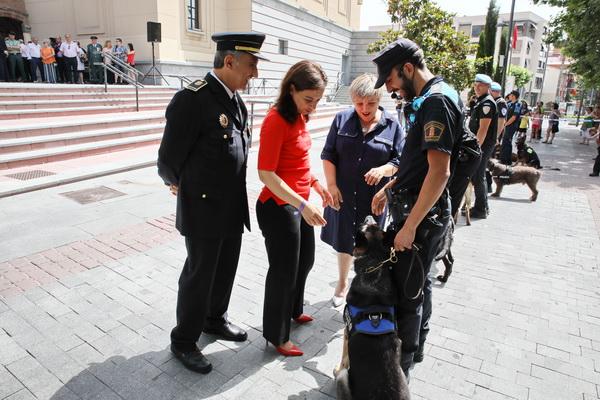 Saludo a las unidades caninas que participaron en la exhibición al público
