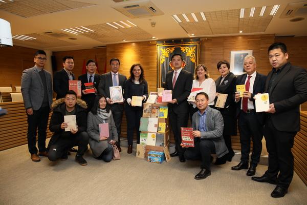 Entrega de libros de la Asociación de Chinos en España