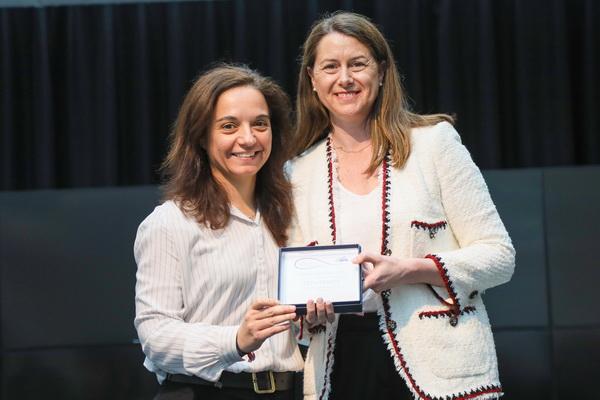 Sara Hernández entrega el premio a Elena Mayoral