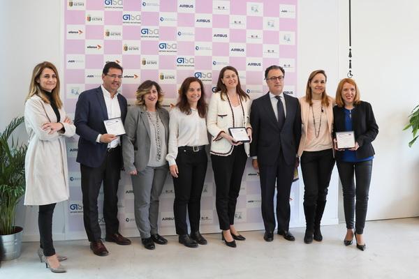 La alcaldesa, Sara Hernández, y la concejala de Desarrollo Económico, Nieves Sevilla, junto a las y los premiados